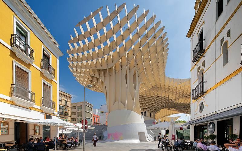 De Metropol Parasol, een openbaar plein met meerdere verdiepingen in de historische oude binnenstad van Sevilla