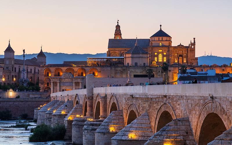 De Romeinse brug in Cordoba, Spanje, oorspronkelijk gebouwd door de Romeinen in het begin van de 1e eeuw voor Christus en sindsdien verschillende keren herbouwd