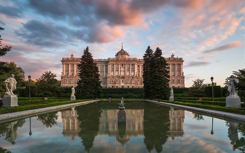 Het Koninklijk Paleis in Madrid gezien vanuit de onderstaande tuinen