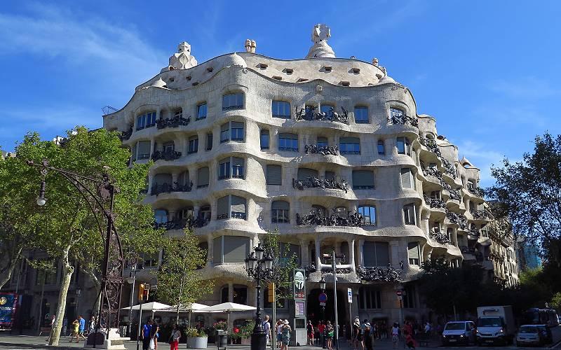 Casa Milà, Barcelona _ Antoni Gaudí baute die Casa Milà am P… _foto langkawi_files