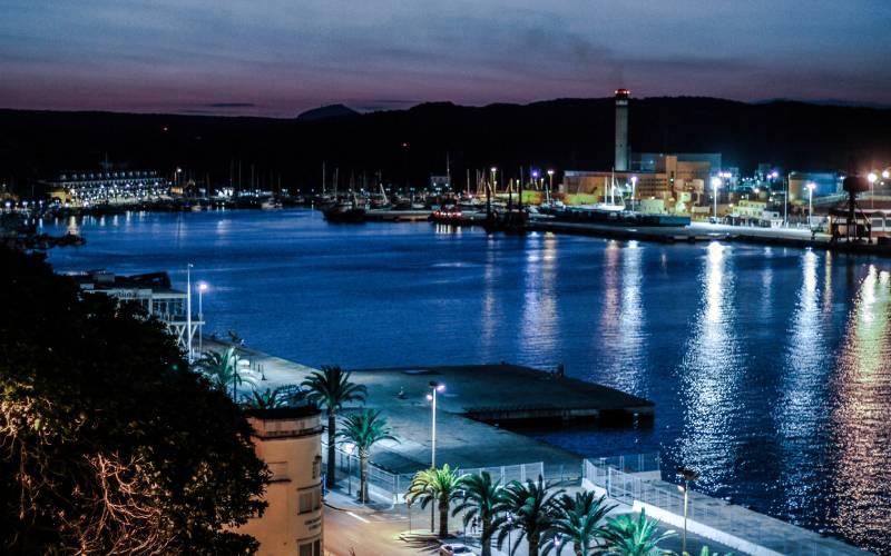 Mahon's harbour _ Mahon, Minorca, harbour by night... _ fot Filippo Carnevali _ Flickr