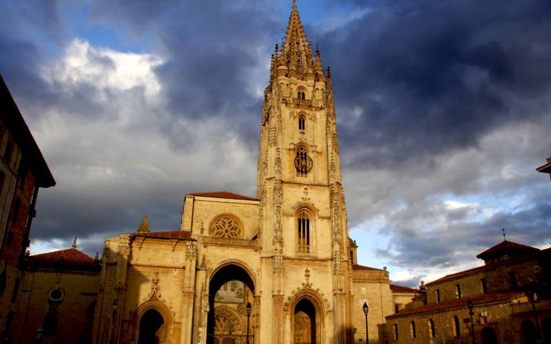 San Salvador Cathedral. Oviedo _ Storm approaches over Ovied… _ Flickr foto AntonioInauta