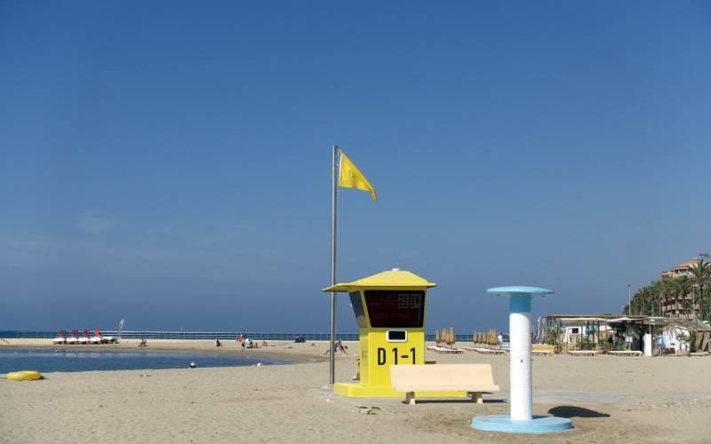 Yellow flag at the life guard tower Terramar beach, Sitges… _ Flickr foto Albert de la Hoz