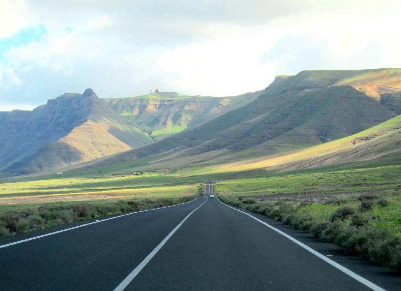 Long road to Famara. _ Carouge5